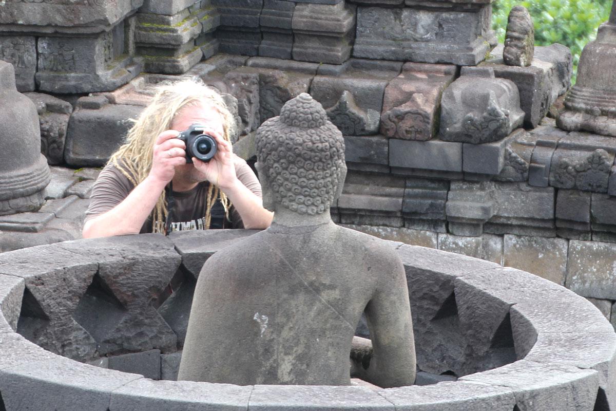Klaus Heidemann in der Tempelanlage Borobudur in Indonesien