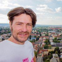 Loomit auf dem Gerüst der Martin-Luther-Kirche in Dresden