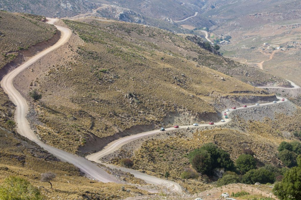 Jeep-Karawane auf einer Bergstraße Im Dikti-Gebirge, Kreta