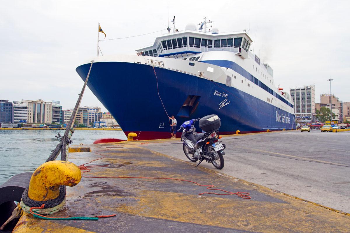 Vorbereitungen für die Abfahrt im Hafen von Piräus, Griechenland