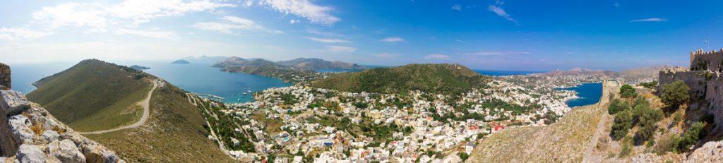 Von der Festung Platanos kann man drei Buchten von Leros sehen.