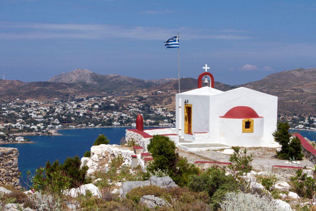 Die Kirche vor der Festung hoch über der Bucht von Alinda, Leros