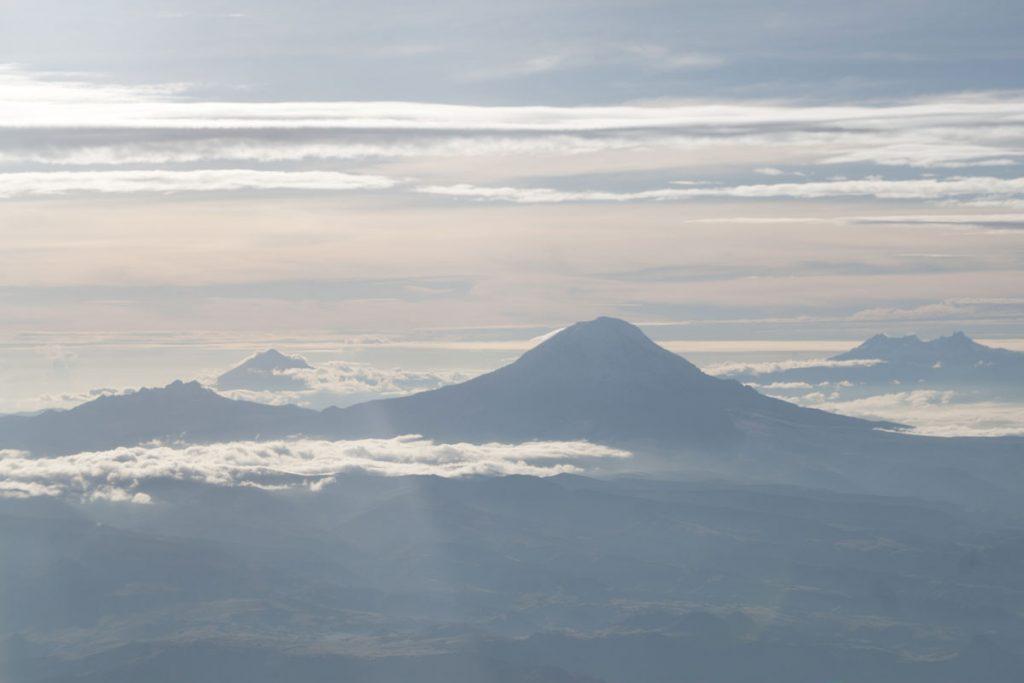 Carihuayrazo (vorn links), Tungurahua (links hinten 5023m), Chimborazo (Mitte, 6267m), Altar (rechts, 5319m)