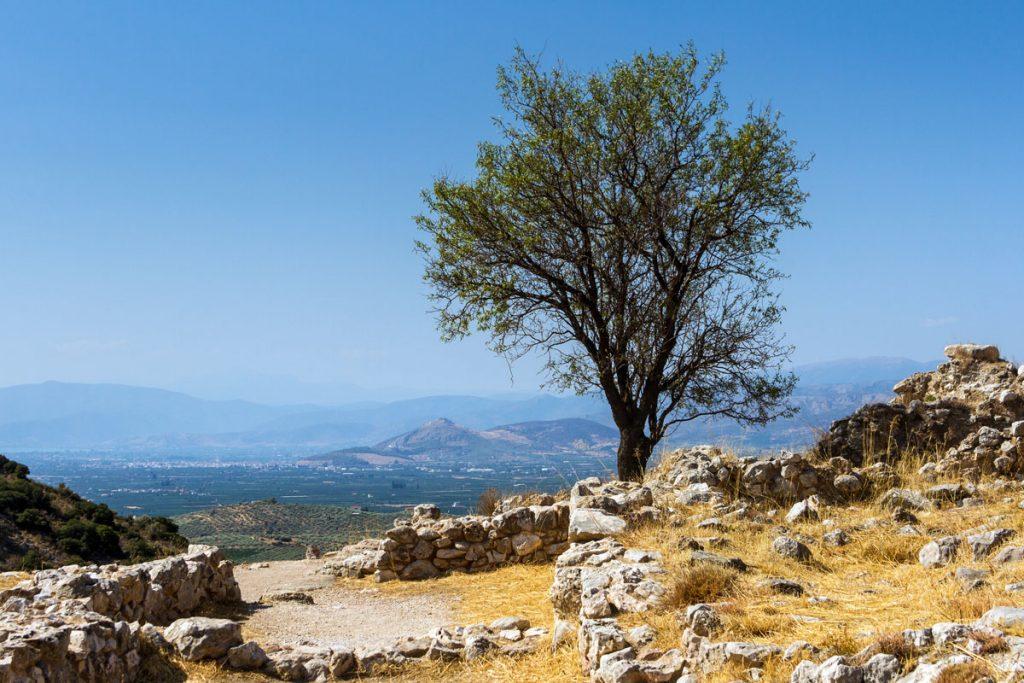 Blick von der Ausgrabungsstätte Mykene zur Burg Larissa in Argos auf Peloponnes