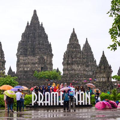 Farbenpracht durch Regenschirme in der Tempelanlage Prambanan auf Java