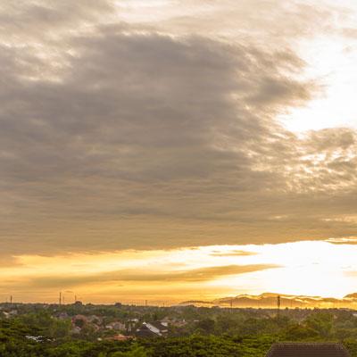 Blick vom Hotel Hyatt Regency über Yogyakarta bei Sonnenaufgang