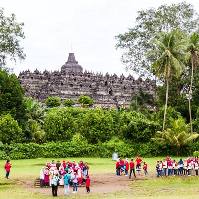 Schulklassen in Borobudur, einer der größten buddhistischen Tempelanlagen Südostasiens.