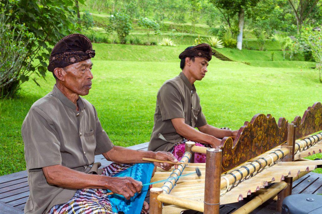 Traditionelle Musik Balis im Bagus Agro Pelaga