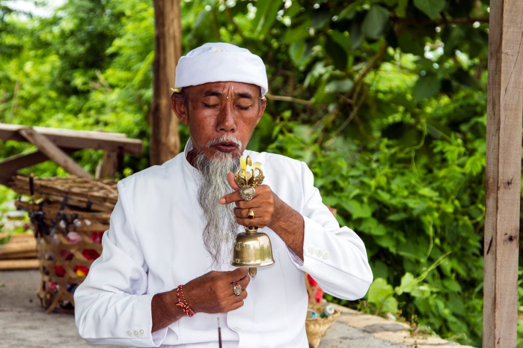Religiöses Rital auf Nusa Penida, Indonesien