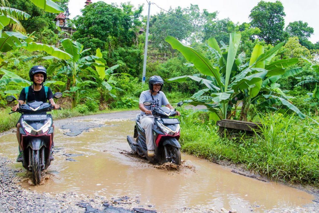 Nach dem Regen: Straße auf Nusa Penida, Indonesien