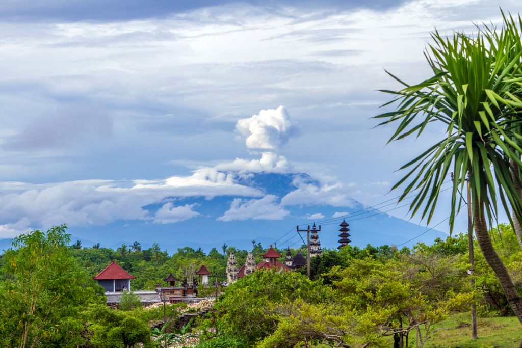 Blick von Toyapakeh auf Nusa Penida hinüber zum Vulkan Gunung Agung auf Bali
