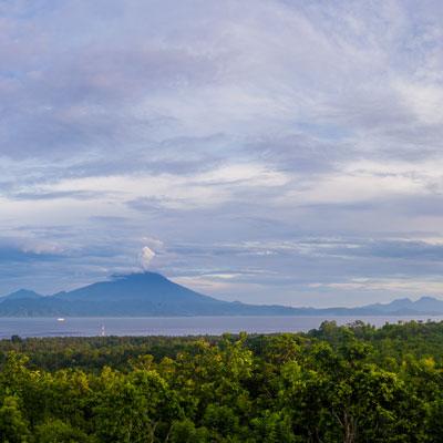 Blick von Nusa Penida nach Bali im Panorama