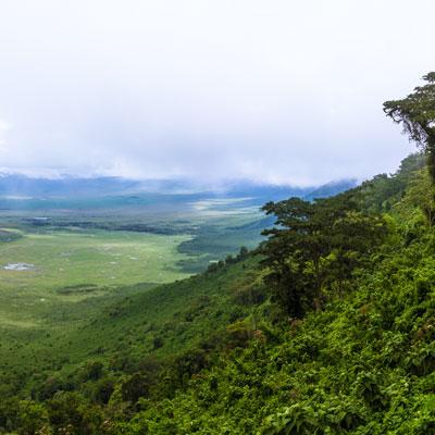 """Panoramablick über den Ngorongoro-Krater während der """"Kleinen Regenzeit"""""""