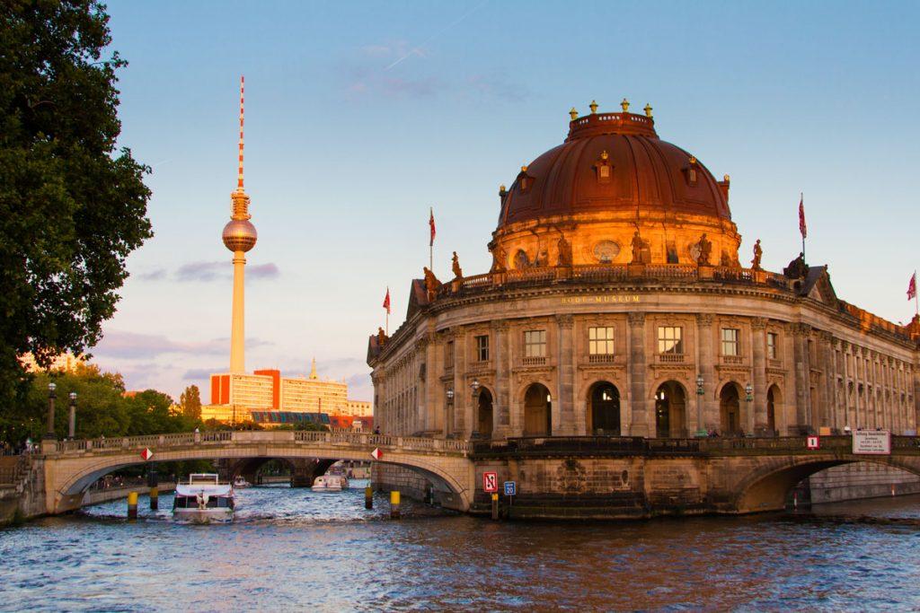Berliner Fernsehturm und Bode-Museum im Abendlicht