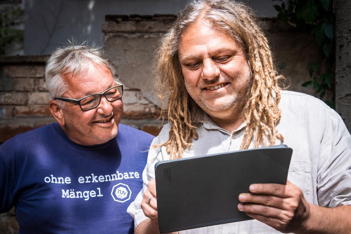 René Dahms und Klaus Heidemann prüfen die neue IVAS-Website