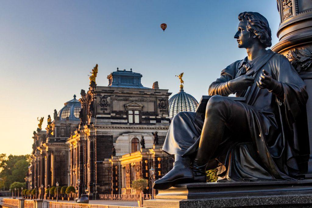 Das Ernst-Rietschel-Denkmal auf der Dresdner Brühlsche Terrasse im Morgenlicht