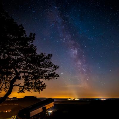 Fotografie der Milchstraße an zwei Orten