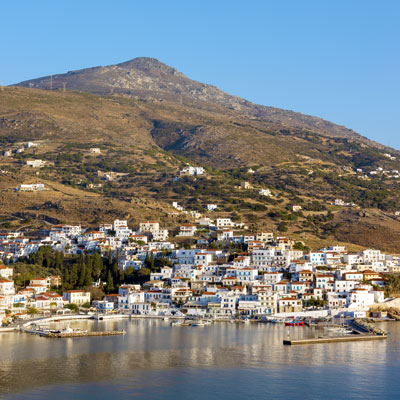 Der Hafen von Batsi auf der griechischen kykladeninsel Andros