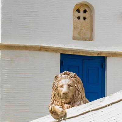 Haus aus Marmor mit Löwe auf der Terrasse im Bergdorf Pirgos auf der griechischen Kakladeninsel Tinos
