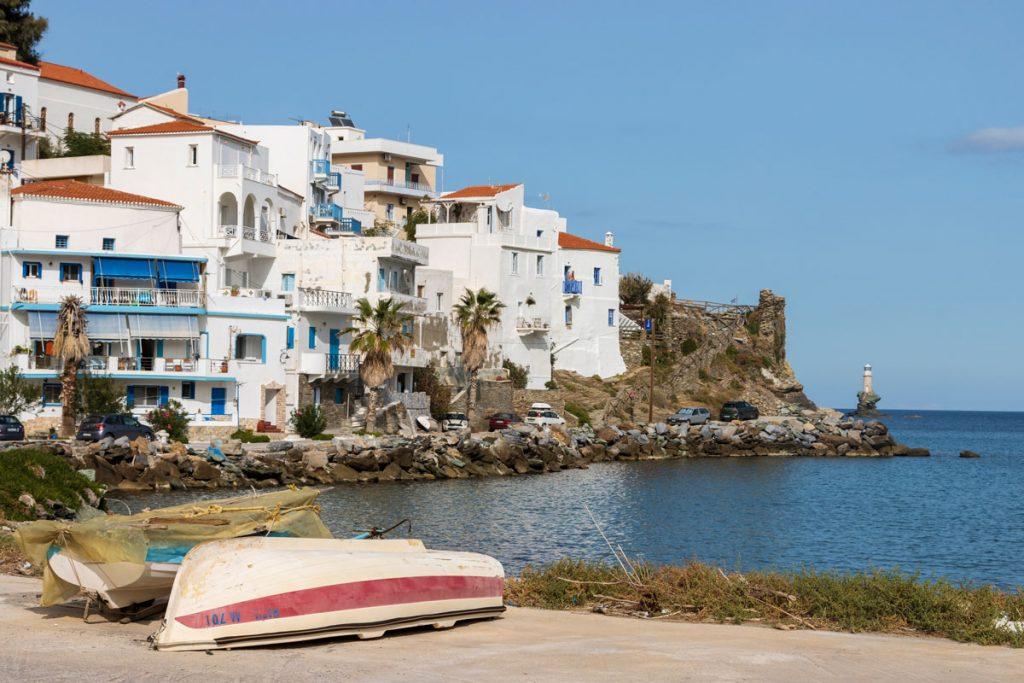 Prächtige Patrizierhäuser im neoklassizistischen Baustil auf einer felsigen Halbinsel in der Hauptstadt der griechischen Kykladen-Insel Andros
