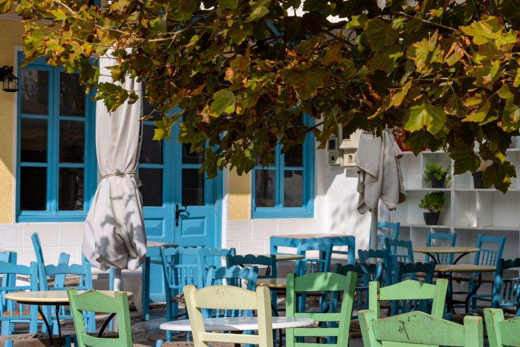 Geschlossenes Restaurant in der herbstlichen Hauptstadt der griechischen Kykladen-Insel Andros