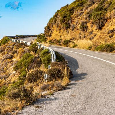 Kurvenreiche Bergstraße im Hochland der griechischen Kykladen-Insel Andros