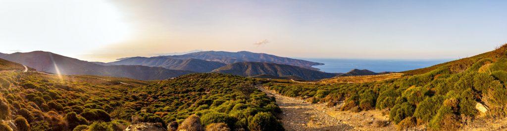 Hochland der griechischen Kykladen-Insel Andros im Panorama von Küste zu Küste