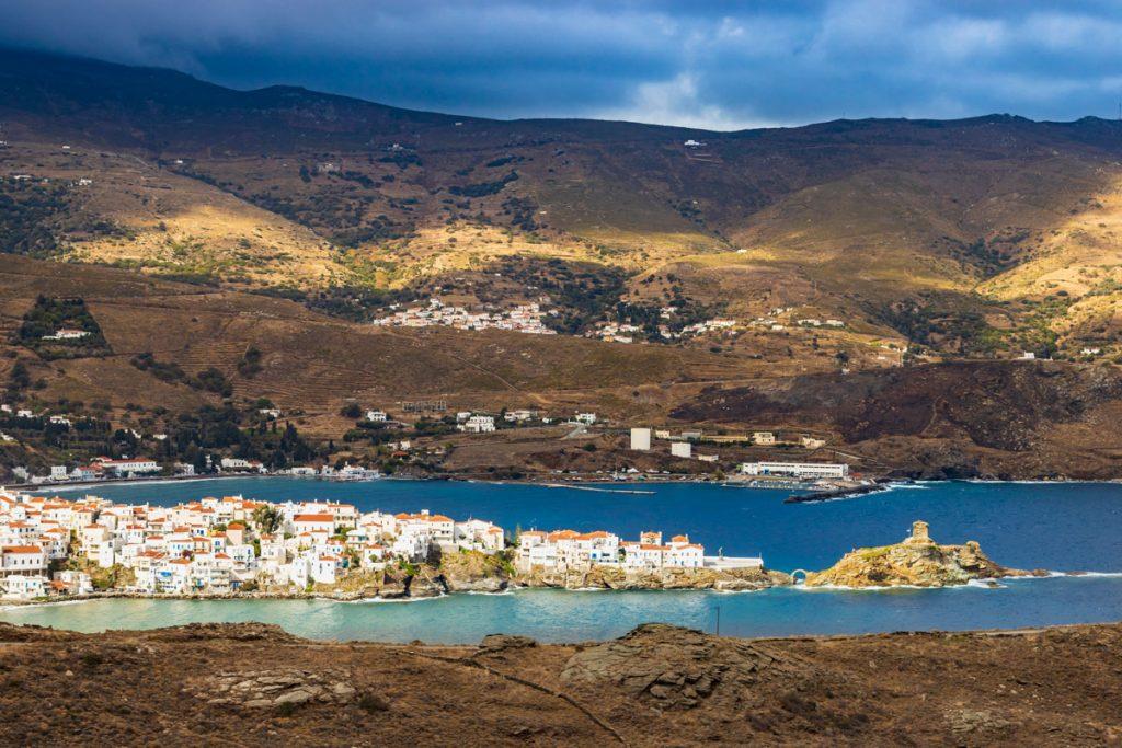 Die Hauptstadt der griechischen Kykladen-Insel Andros auf einem Felssporn in der Bucht