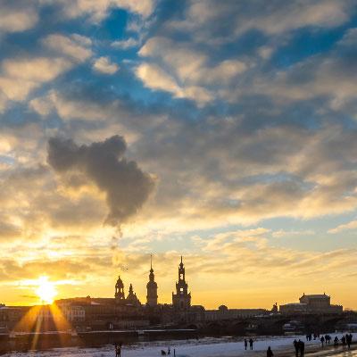 Sonnenuntergang über Dresden im Winter als Zeitraffer