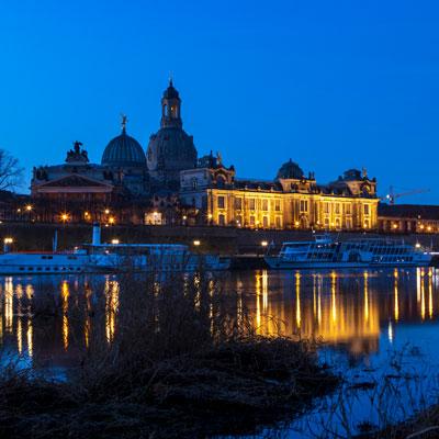 Sonnenaufgang hinter der Altstadt von Dresden im Zeitraffer-Video